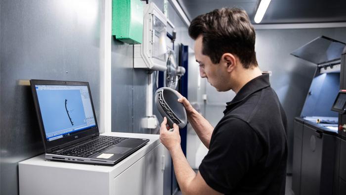 Dzięki wytwarzaniu przyrostowemu producent samochodów może przechowywać wiele cyfrowych części zamiennych i drukować je na żądanie_edited